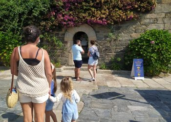 Visitantes a las puertas de la Oficina de Turismo de Pontedeume. | CONCELLO DE PONTEDEUME