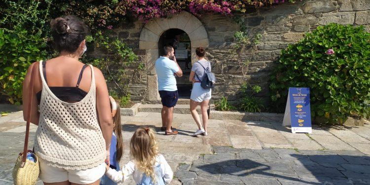 Visitantes a las puertas de la Oficina de Turismo de Pontedeume.   CONCELLO DE PONTEDEUME