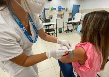 Una enfermera inocula a una mujer la tercera dosis de la vacuna contra la covid en Ferrol   ÁREA SANITARIA DE FERROL