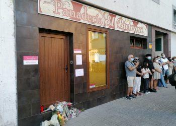Vecinos de la mujer asesinada dejan flores en su panadería