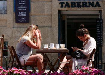 Imagen de archivo de dos mujeres tomando algo en Santigo   EP