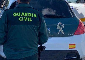 11-06-2021 Un agente de la Guardia Civil de espaldas y junto a un vehículo oficial del cuerpo. POLITICA ESPAÑA EUROPA ISLAS BALEARES AUTONOMÍAS GUARDIA CIVIL