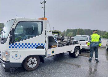 El vehículo del detenido siendo retirado por la grúa.