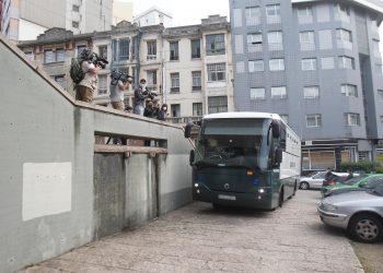 El autobús de la Guardia Civil con acusados por el crimen de Samuel Luiz ante los juzgados | EP