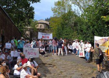 Medio millar depersonas se marchan hasta el monasterio de Caaveiro contra los eólicos