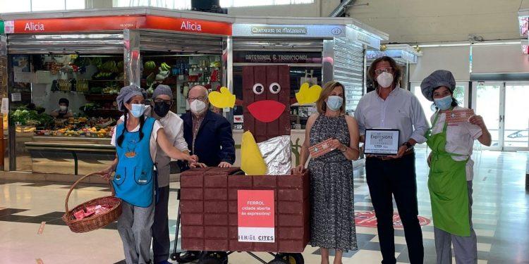 La concejala de Turismo y Promoción Económica, María Teresa Dios, participa en el reparto de chocolatinas en mercado de la Magdalena   CONCELLO DE FERROL