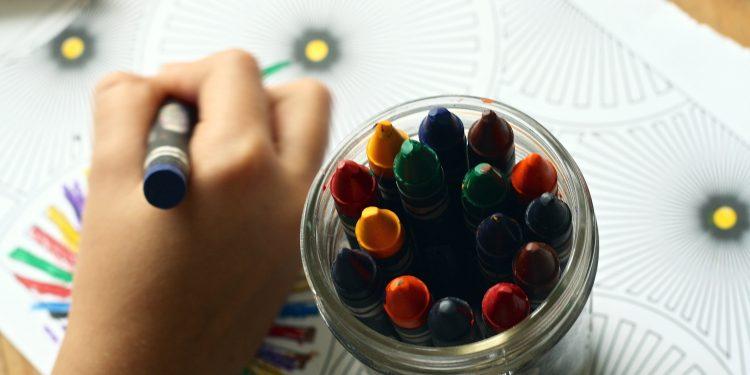 Imagen de archivo de un niño coloreando en una escuela infantil