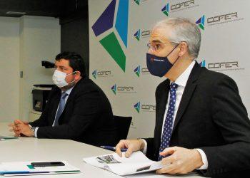 Cristóbal Dobarro junto al vicepresidente de la Xunta y conselleiro de Economía, Francisco Conde, en la sede de COFER