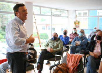 El candidato a secretario xeral del PSdeG se reunió ayer como militantes de Fene y Narón