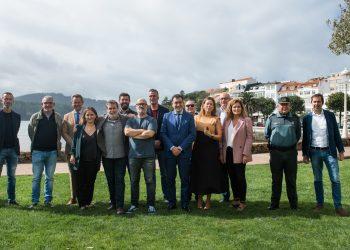 Responsables de la serie, actores y alcaldes de la comarca acudieron hoy a la presentación del rodaje en Cedeira | JAIME OLMEDO -  MOVISTAR+