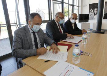Firma del convenio para la renovación del centro de salud