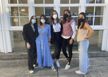Alba Boedo, Ana María García, Andrea Castro, Lucía Blanco e Julia Cacheda en el campus de Ferrol