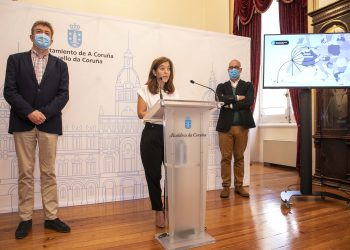 La alcaldesa de A Coruña, Inés Rey, ofrece una rueda de prensa acompañada por el concejal de Turismo, Juan Ignacio Borrego, y el gerente del Consorcio de Turismo y Congresos, Jorge Naranjo | CONCELLO DA CORUÑA