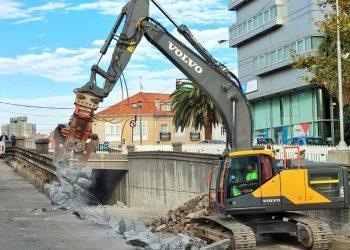 Comienza el derribo de los muros del paso de Avenida de Arteixo | @ELOYTP