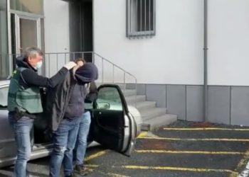 Momento de la detención en el cuartel de la Guardia  Civil de Ferrol