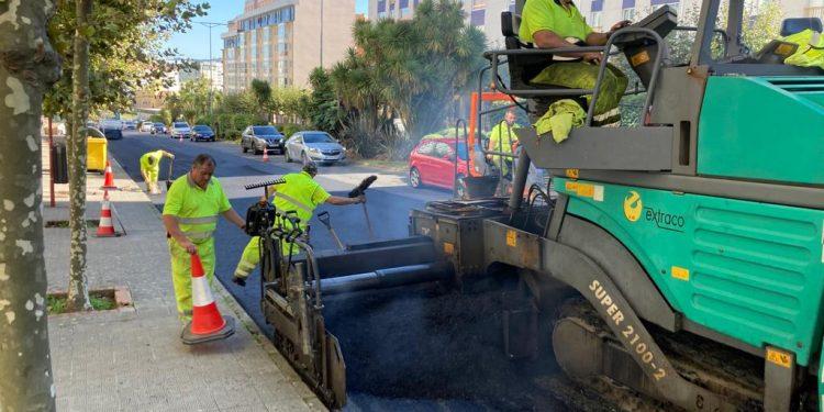 Los operarios asfaltaron ayer uno de los carriles de subida desde la rotonda de Tejeras