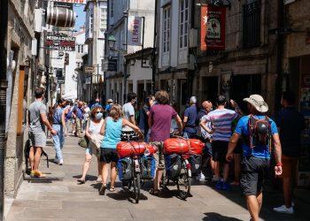 Varios peregrinos caminan con su bicicleta por la Rua do Franco | EP