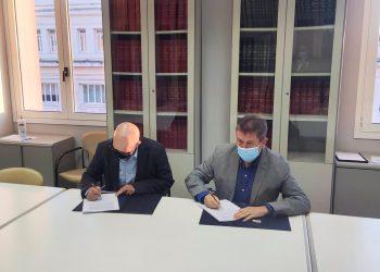 El concejal de Turismo del Ayuntamiento de A Coruña, Juan Ignacio Borrego, y el diputado provincial Xosé Regueira firman un convenio de colaboración | CONCELLO DA CORUÑA
