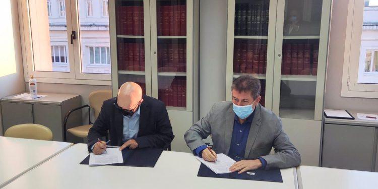 El concejal de Turismo del Ayuntamiento de A Coruña, Juan Ignacio Borrego, y el diputado provincial Xosé Regueira firman un convenio de colaboración   CONCELLO DA CORUÑA