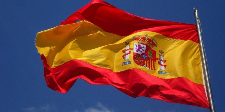 Imagen de archivo de una bandera de España ondeando