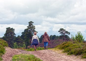 Dos mujeres caminan en el medio rural